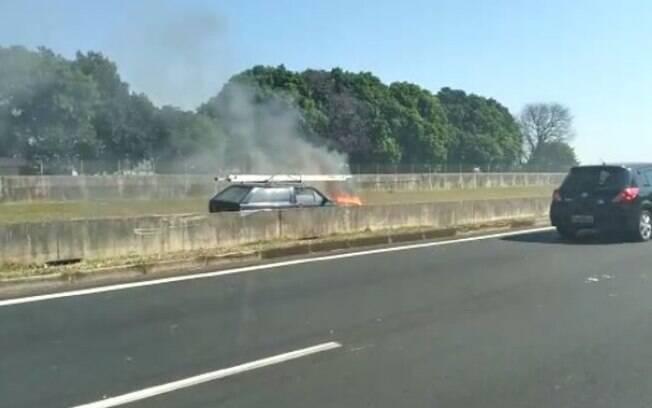 Carro pega fogo na Anhanguera, em Campinas, e rodovia é interditada