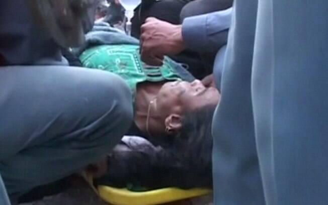 Mulher é resgatada após 50 horas sob escombros no Nepal