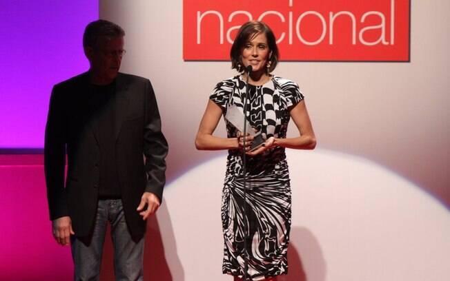 Deborah Secco recebeu o prêmio das mãos do diretor Marcos Paulo
