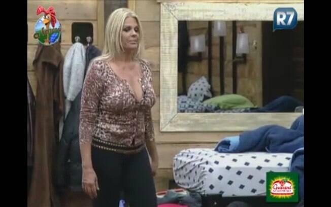 Monique conversa com os peões no quarto da sede