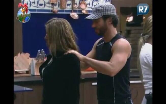 Raquel pede e ganha massagem do cantor