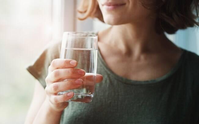 Algumas dicas simples e práticas ajudam a criar o hábito de beber a quantidade recomendada de água diariamente
