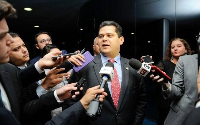Um grupo de senadores, entre eles Davi Alcolumbre (DEM), visitou uma mina em Goiás que foi desativada por usar amianto