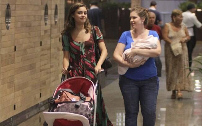 Sophie Charlotte e Carolinie Figueiredo passeiam por shopping nessa segunda-feira (09)