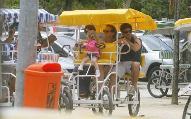 O casal Raoni Carneiro e Fernanda Rodrigues passeavam com a filha Luísa quando viram o acidente