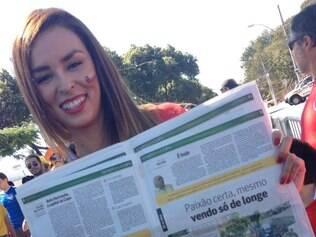 Jhendelyn Nuñes gostou tanto de aparecer nas páginas de O Tempo e do Super que até pediu para ser fotografada com o jornal