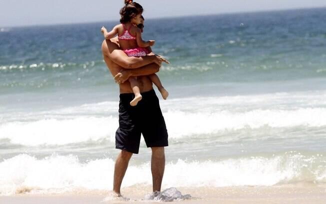 Cauã Reymond e a filha, Sofia, na praia