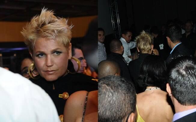 Na saída do show, cercada de seguranças, Xuxa causa tumuldo