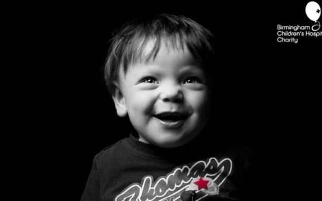 Thomas, que espera por um transplante, celebrou seus 4 anos num quarto de hospital