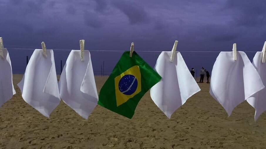 Protesto organizado pela ONG Rio de Paz na Praia de Copacabana, no Rio de Janeiro