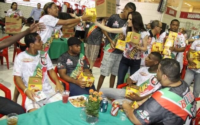 Ana Furtado distribuindo panetones na Grande Rio