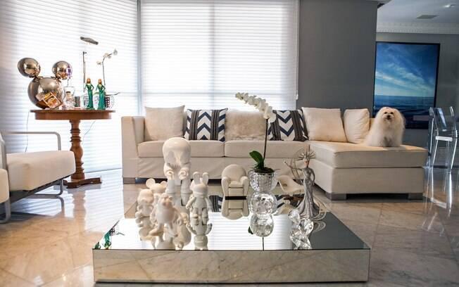 Piso de mármore, itens metálicos, cores claras e espelhos têm presença garantida na casa de Brunete Fraccaroli