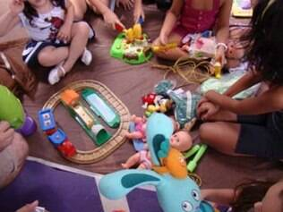 As crianças podem levar os brinquedos que desejam trocar e fazem as negociações com ajuda dos pais.