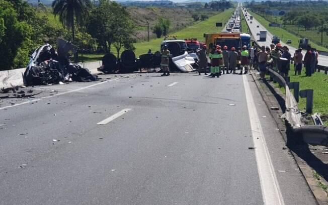Os dois veículos ficaram totalmente destruídos com o impacto da batida