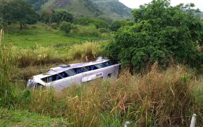 Ônibus capota no quilômetro 283 da Rodovia Presidente Dutra.