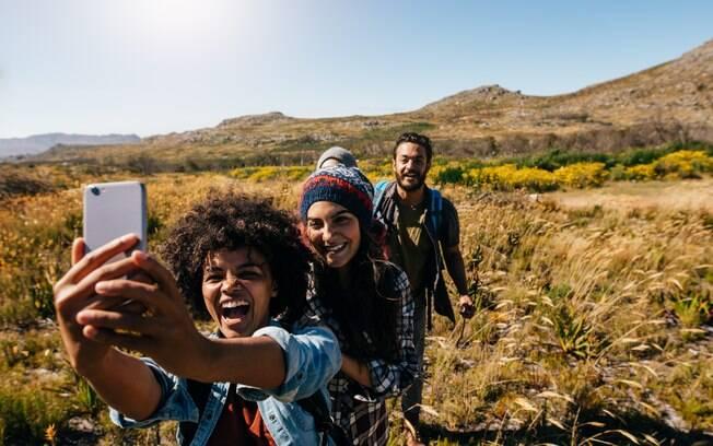 Tirar selfies com a câmera no alto pode ajudar a fazer com que suas fotos de viagem fiquem ainda melhores