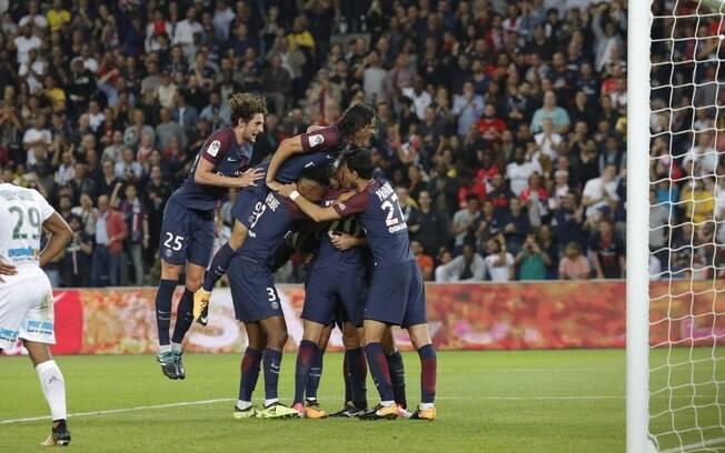 Jogadores do PSG comemoram mais uma vitória no Campeonato Francês, desta vez sobre o Saint-Étienne