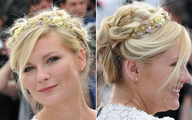 A trança pode ser usada com um recurso para dar textura ao cabelo, como neste penteado com flores da atriz Kirsten Dunst