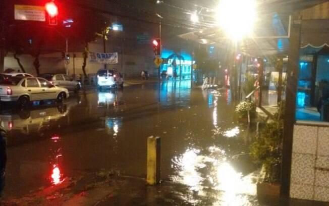 Diversos pontos da capital apresentaram alagamentos e quedas de árvores por causa das fortes chuvas no Rio de Janeiro