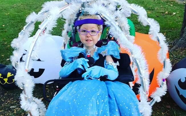 Rosylin tem três anos e não se sente muito confortável na cadeira de rodas, por isso a fantasia foi tão especial