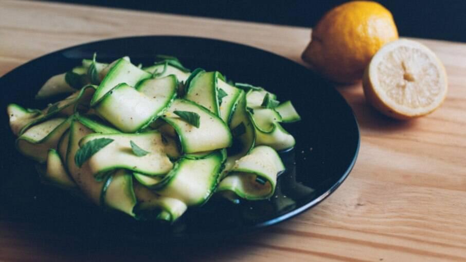 O manjericão dá um toque sofisticado a essa salada, junto com o limão