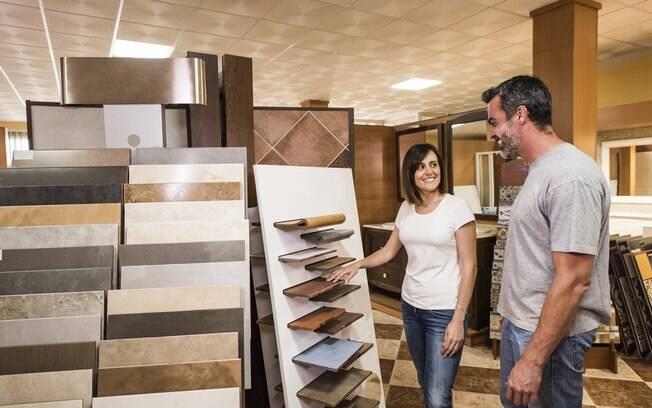 Entre as opções de piso, é importante pensar em qual tem um valor mais acessível a, ao mesmo tempo, qualidade