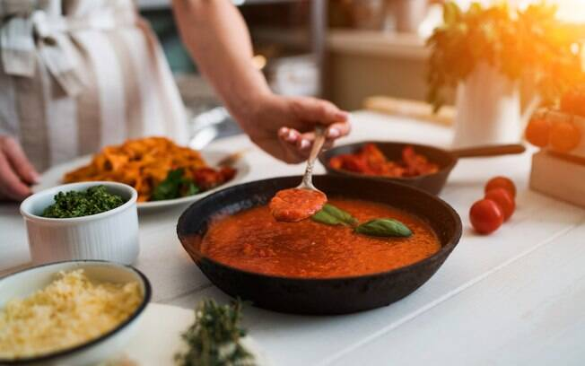 Molho de tomate caseiro tem preparo simples e pode ficar congelado por até três meses depois de pronto