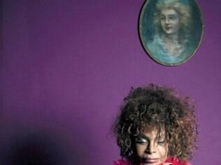 """Elza Soares. A cantora encarnou uma sensual vedete para a revista """"Serafina"""""""