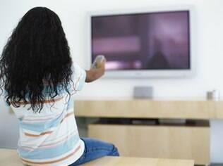 Estudo concluiu que não é correto associar o mau comportamento das crianças com o tempo que passam vendo TV ou jogando no computador