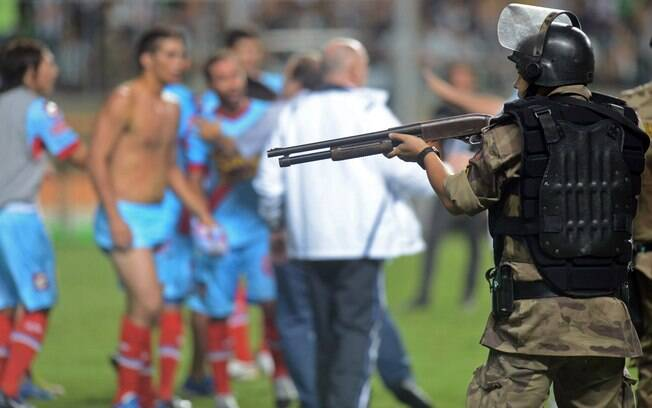 Policial armado em frente aos jogadores do  Arsenal no Independência