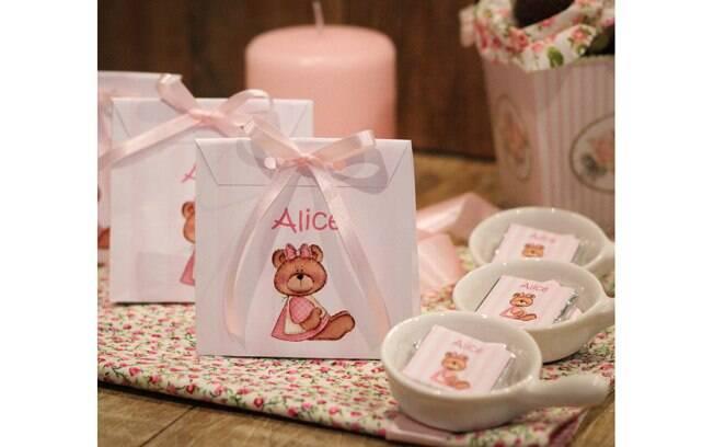 Sacolinhas e cerâmicas são ideias criativas para colocar a lembrancinha  comestível. De Vila Chocolat.