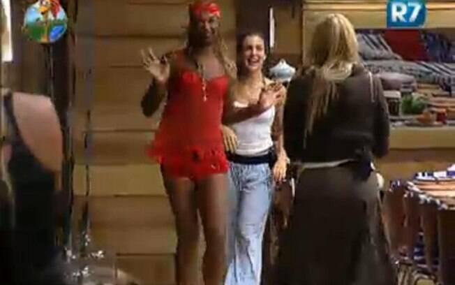 Dinei desfila de lingerie vermelha pela casa