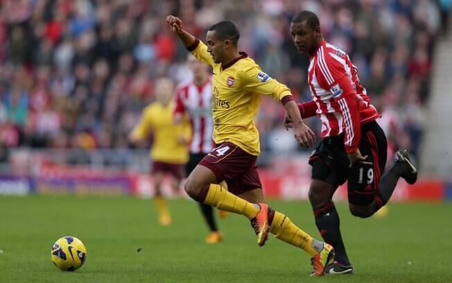 Walcott tenta escapar da marcação do  Sunderland em ataque do Arsenal