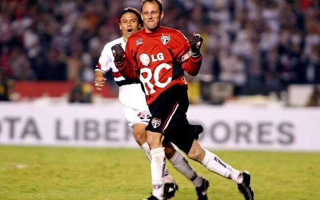 Rogério Ceni festeja gol na vitoriosa  campanha da Libertadores de 2005
