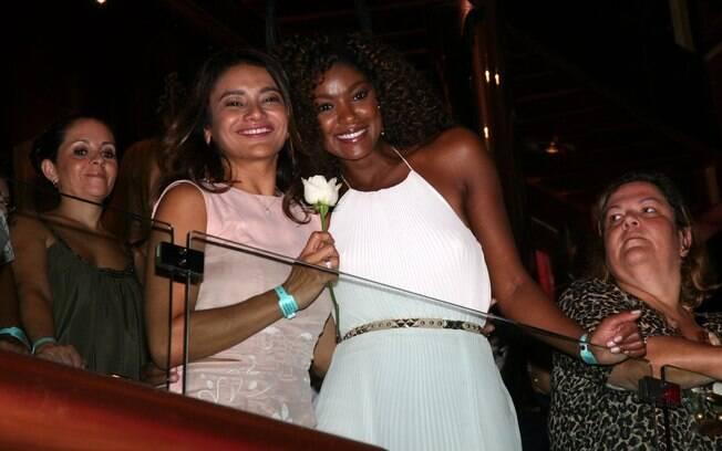 Cris Vianna assistiu ao show de Roberto Carlos ao lado da amiga Dira Paes