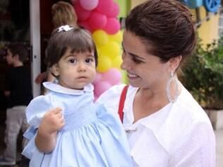 Giovanna Antonelli com uma das gêmeas: o Natal é a chance de reunir a família