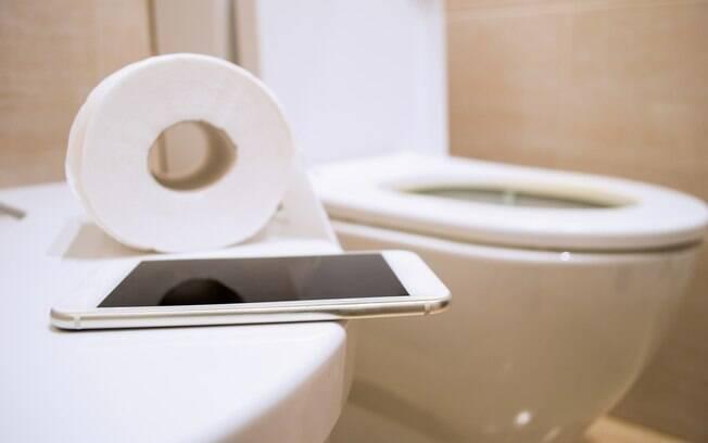Seja para conversar com alguém por mensagem ou fazer uma ligação, o celular não deve ser deixado no banheiro