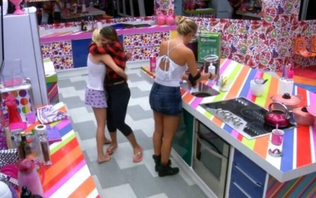 Clara e Vanessa se abraçam após crise de ciúme da empresária