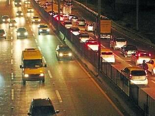 Fluxo. Na saída para o feriado, BR–381, em Betim, na região metropolitana, tinha trânsito intenso ontem