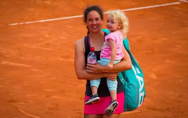 Tenista Patty Schnyder com a filha após derrota dentro de quadra em Gstaad