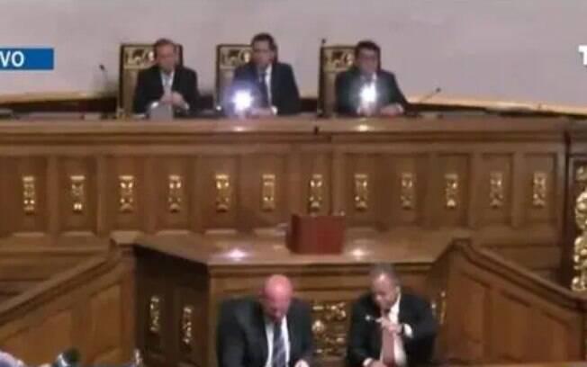 Guaidó e aliados usaram celulares para iluminar a Assembleia após o corte de luz