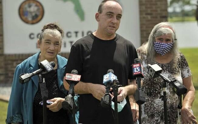Robert DuBoise, 55, encontra repórteres com sua irmã Harriet, à esquerda, e sua mãe Myra, à direita, fora do instituto correcional do condado de Hardee