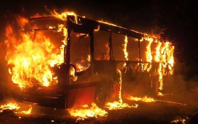 Ao menos 50 ônibus foram incendiados em 26 cidades mineiras desde domingo (3)