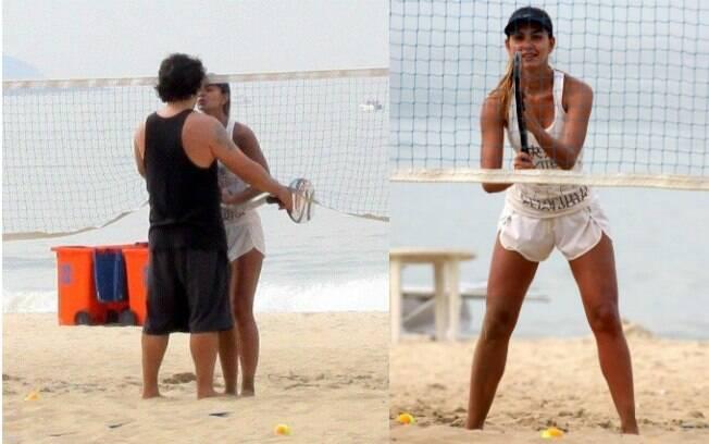 Letícia Wiermann joga partida de tênis de areia com o namorado em Ipanema, no Rio