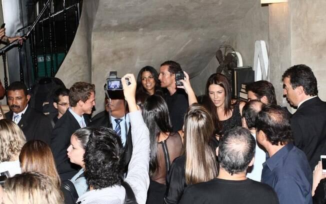 Cercados de fãs e fotógrafos, Matthew e Camila precisaram ficar no cantinho da loja