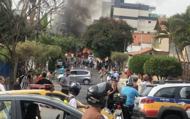 Segundo Corpo de Bombeiros, aeronave caiu sobre carros