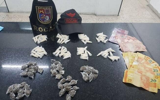 Policiais da Rocam apreenderam cerca de 40 papelotes de maconha e 40 pinotes de cocaína na noite desta quarta-feira (02)