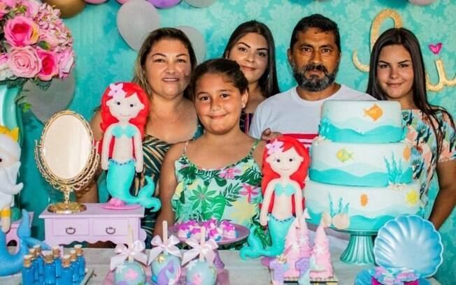 família ao redor de bolo