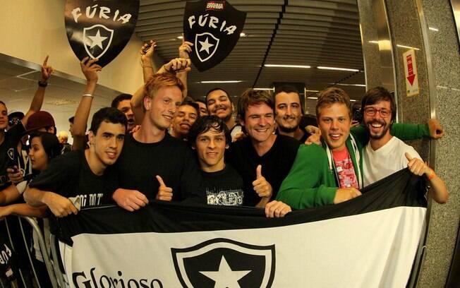 Torcedores fazem festa para Seedorf no  Aeroporto Internacional do Rio de Janeiro
