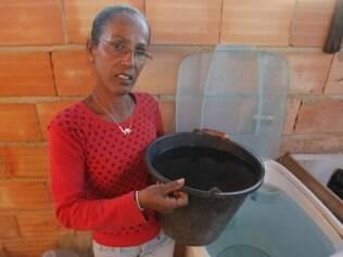 Precaução. Água já está sendo guardada em baldes na casa de Vanda Inácia, moradora da Rosa Leão